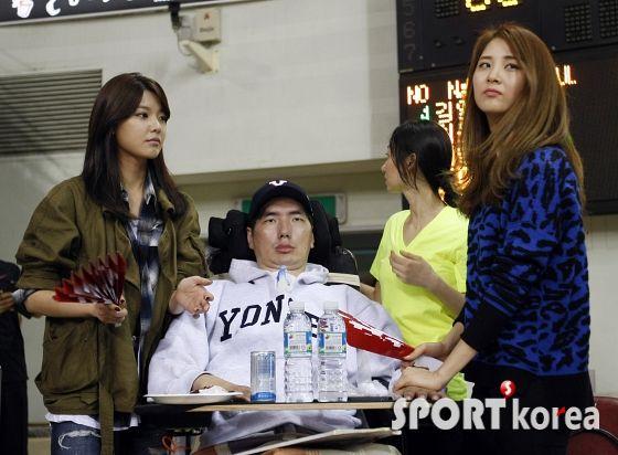 [14102012][news] SooYoung và SeoHyun đến xem một trận bóng chày cùng với HLV Park Seung Il. 7gTWh