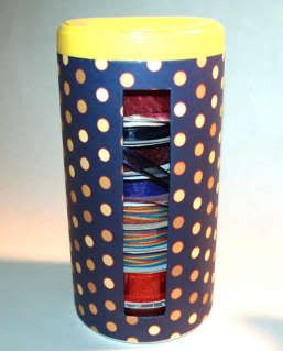 Organizzare fili, gomitoli, nastri e stoffe Recycled-Ribbon-Organizer