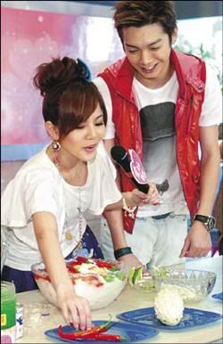 Aug.22.11 Joanne Zeng confesses to short-lived romanc, Calvin Chen says they're not together 1-17
