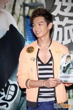 """May.23.11 Calvin Chen exposes his cleavage, Amber An says """"they look beautiful"""" 3-6"""