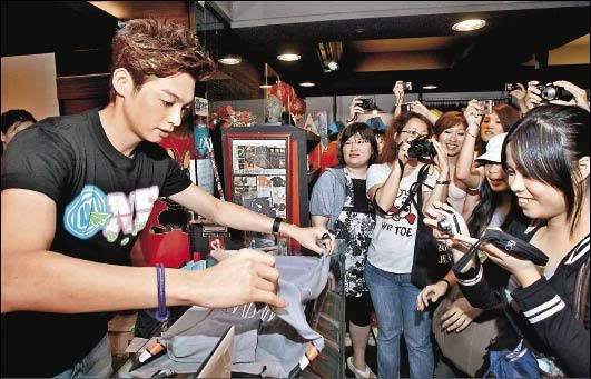 Jun.30.11 Calvin Chen paves the way selling current brand, not for disbanding 600_26