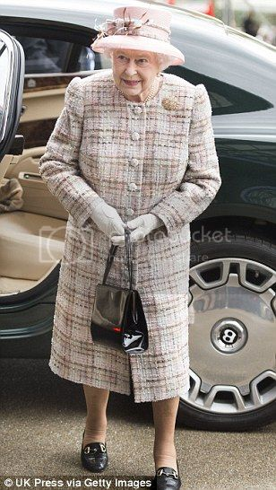 Isabel II, Reina de Gran Bretaña e Irlanda del Norte Article-2467388-18D6ED2400000578-289_308x546_zps58f10db1