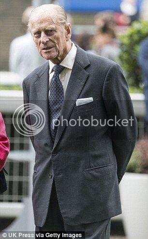 Isabel II, Reina de Gran Bretaña e Irlanda del Norte Article-2467388-18D75B3D00000578-37_306x493_zps2b938c88