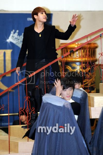 [PICS] 120117 JUNSU ELISABETH MUSICAL REHEARSAL PRESS CONFERENCE 2012011715285744201