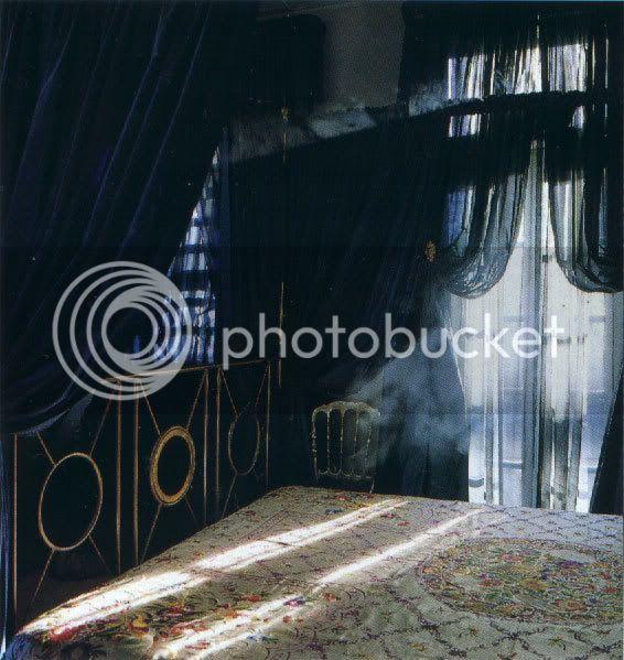 ...Mitsuky kambarys... Gothic-taffeta-bedroom