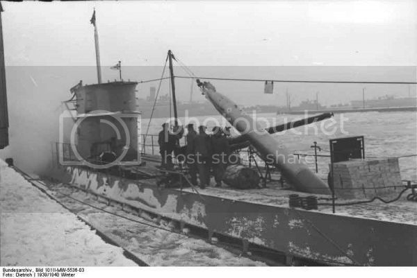 Guincho de vante para carregamento de torpedos de  U-Boats Bundesarchiv_Bild_101II-MW-5536-03_Wilhelmshaven_U-Boot_Torpedo-Ubernahme-600x401