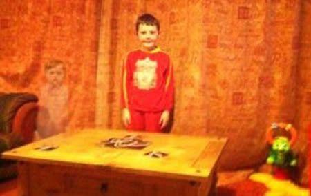 """Bức ảnh chụp bé trai chơi cùng """"ma"""" Ghost"""