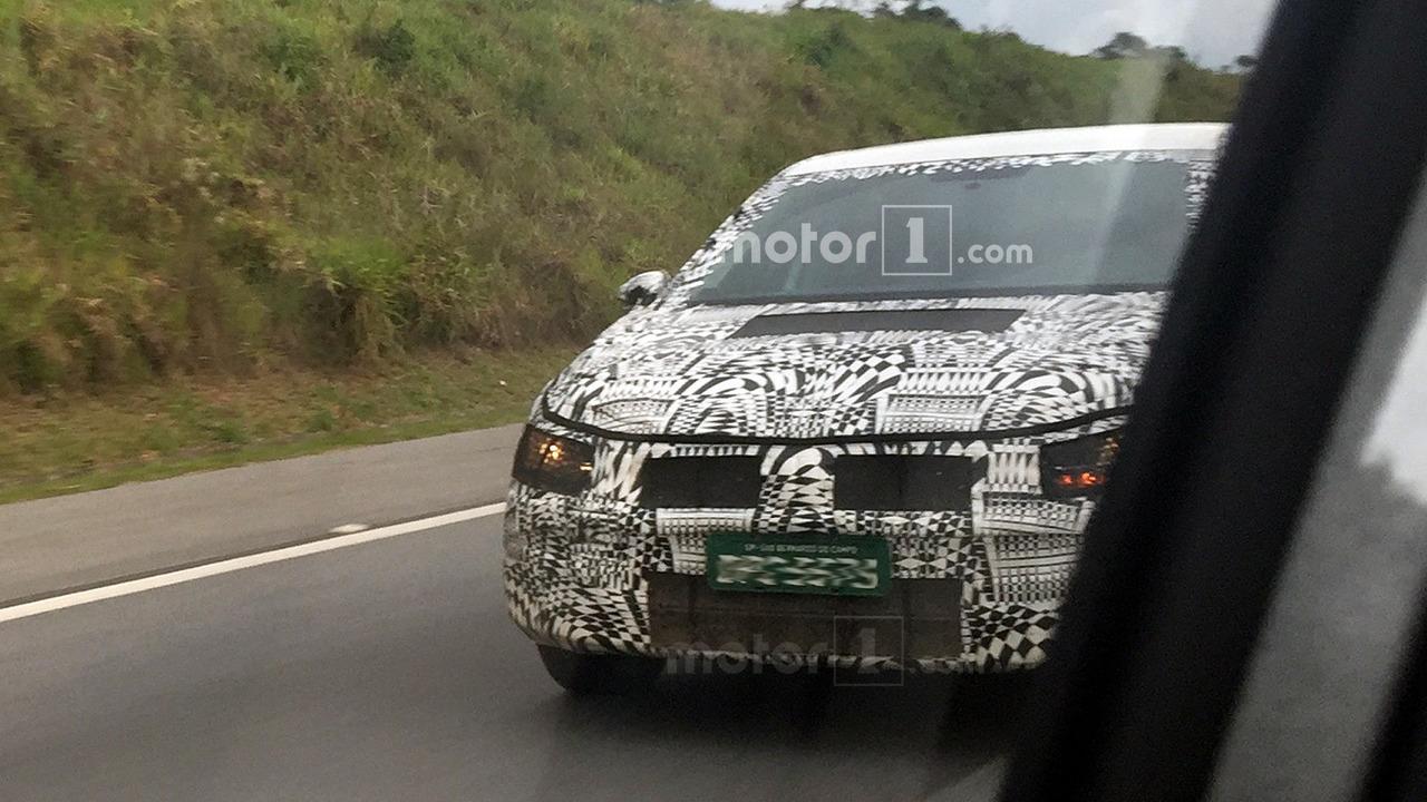 2017 - [Volkswagen] Polo VI  - Page 5 Flagra-novo-vw-voyage-2018