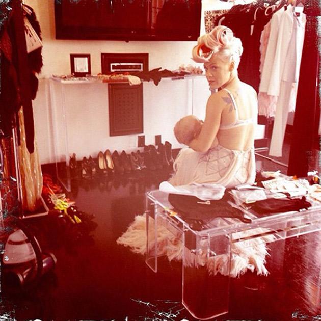 Брелфи-автопортреты во время кормления грудью. Новая мода звездных мам. Preview_a1e6961e8fff5050ef259705308396f2