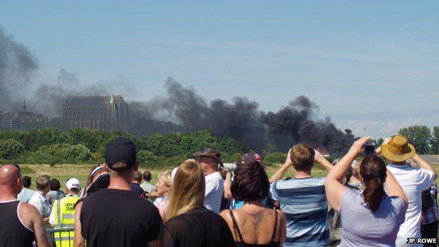 [Internacional] Avião cai e mata uma série de pessoas durante show aéreo na Inglaterra _85134860_jprowe7