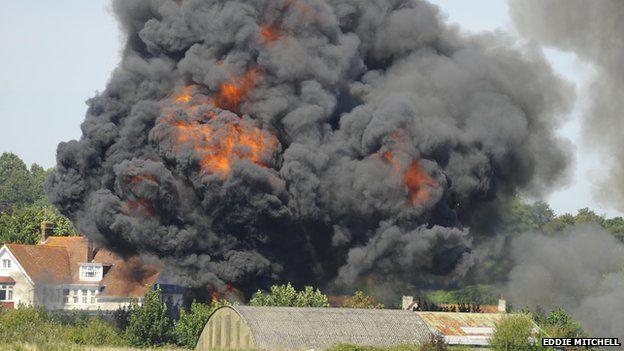 [Internacional] Avião cai e mata uma série de pessoas durante show aéreo na Inglaterra _85127633_planecrashshorehamairport1