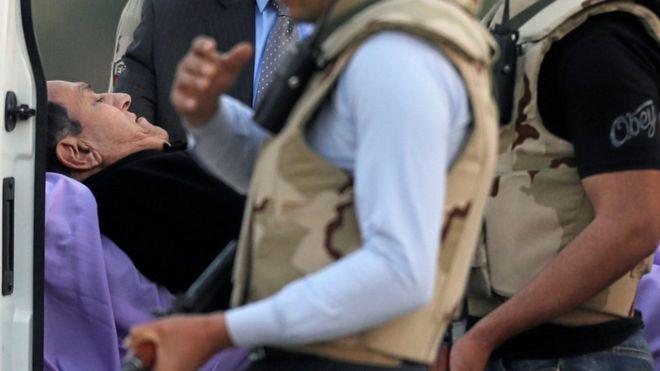 حكم نهائي ببراءة الرئيس المصري السابق حسني مبارك من تهمة قتل متظاهرين _94914093_mediaitem94914089