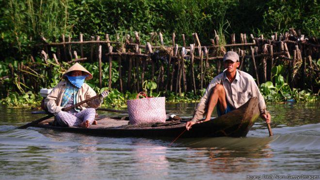 Chúng ta đang... ăn thịt đất nước mình! 131115162442_vietnam_rural_poverty_624x351_hoangdinhnamgettyimages