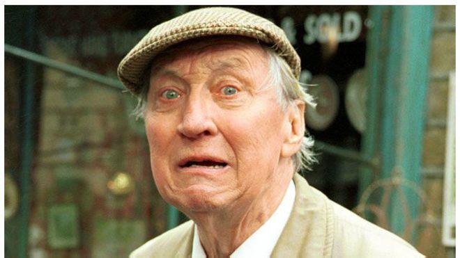 وفاة الممثل ستيفن لويس عن 88 عاما 150814100338_actor_stephen_lewis_640x360_bbc_nocredit