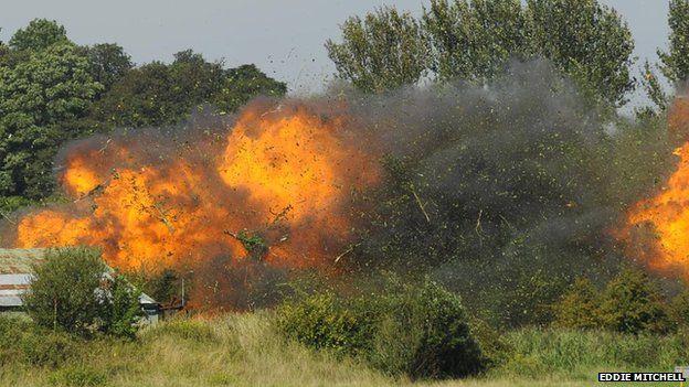 [Internacional] Avião cai e mata uma série de pessoas durante show aéreo na Inglaterra _85128292_planecrashshorehamairport4