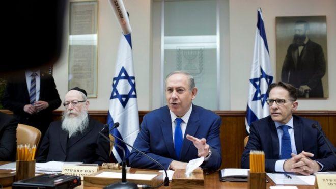 Israel bribery inquiry: 'Audiotape' adds to pressure on PM Netanyahu _93315576_037159472-1