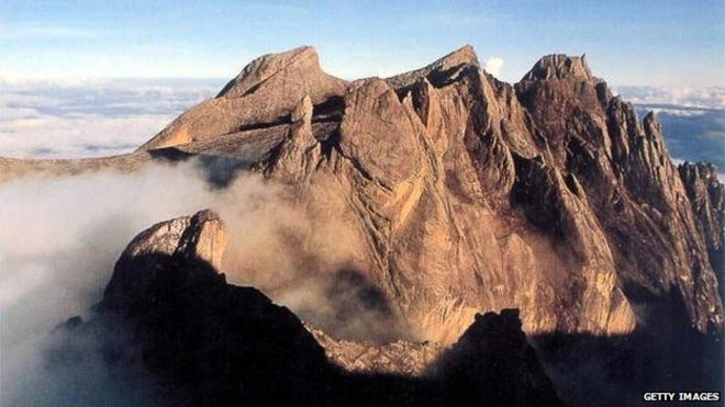 Malaysia quake traps 160 climbers on Mount Kinabalu  _83435802_83434247