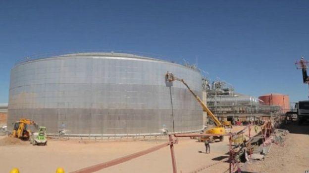 """شبكة الأخبار الأمريكية: المغرب في طريقه ليصبح """"قوة عظمى في قطاع الطاقة الشمسية"""" 151123114736_rows_of_curved_mirrors_capture_solar_energy_640x360_bbc_nocredit"""