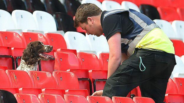 إلغاء مبارة مانشيستر يونايد بسبب عبوة مشبوهة بالملعب بالصور 160515153951_man_united_dog_sniffer_640x360_epa_nocredit