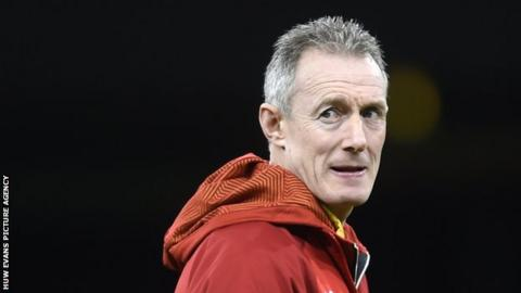 Farrell injured by dog in training... conspiracy. _93621291_cdf_251116_walesrugbytraining02
