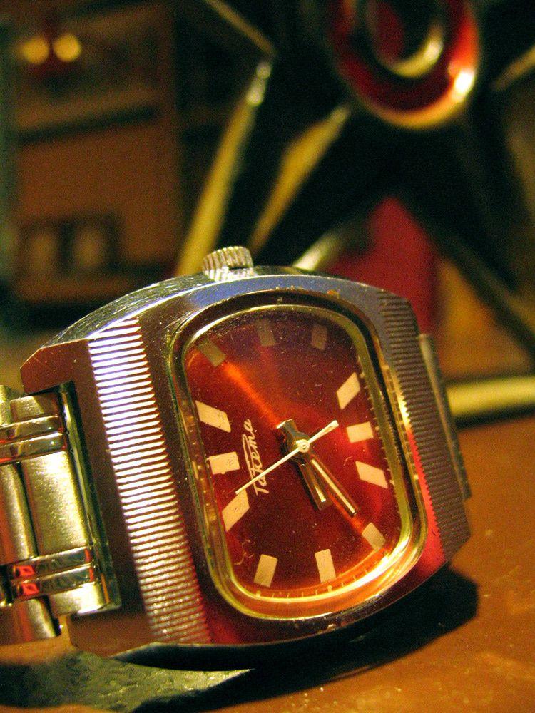 montre Raketa à cadran rouge Raketa-01
