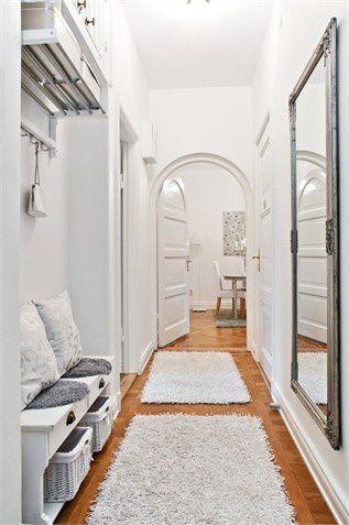 [terminé]Conseils aménagement d'un couloir-entrée pour famille bordélique ;) Entree-blanche-avec-miroir