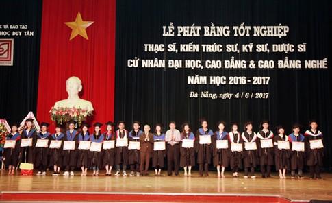 Nhiều sinh viên ĐH Duy Tân tốt nghiệp sớm trong Lễ tốt nghiệp 2017 Dtu-totnghiep2_qswf