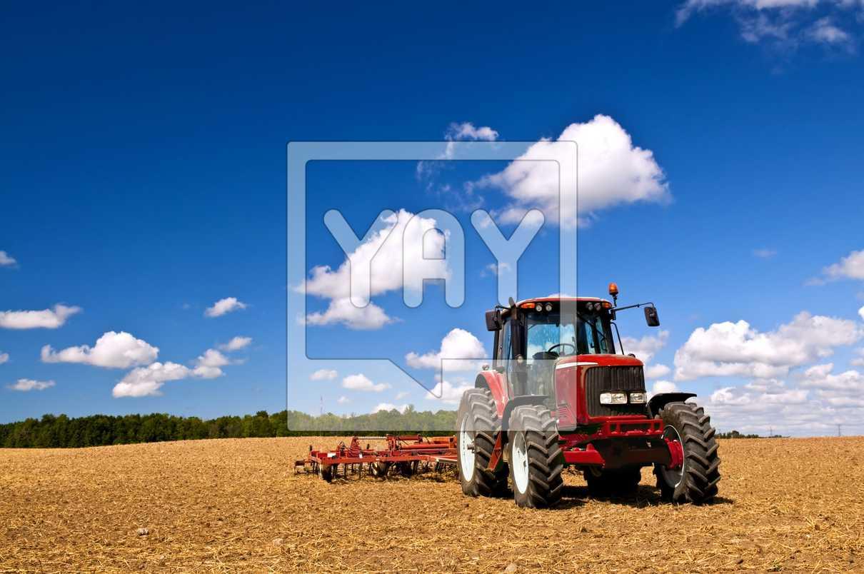 TRACTORES DE COLORES - Página 2 Tractor-in-plowed-field-329d62