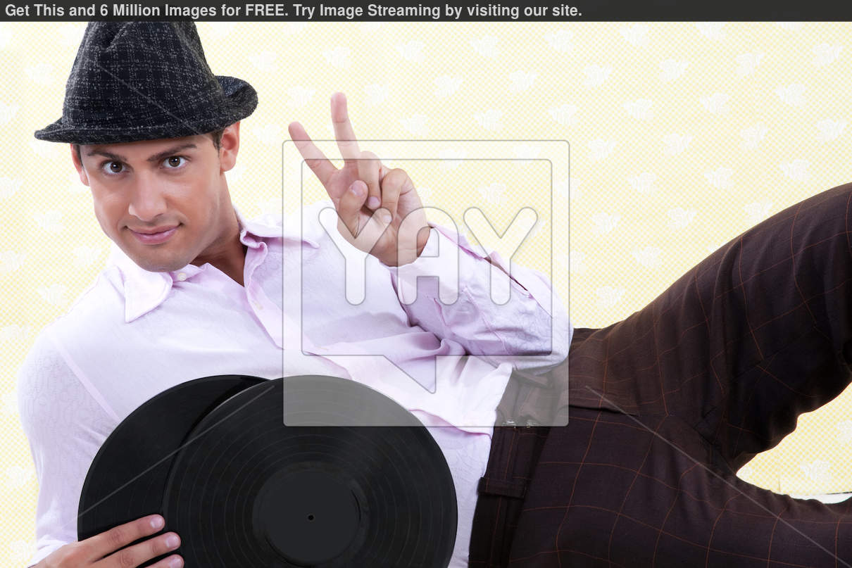 Antes fossem os meus audiófilos... Man-holding-vinyl-record-20f1942