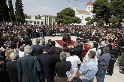 Un hombre de 77 años se suicida ante el parlamento - Página 2 1333833674364funeraldetalledn
