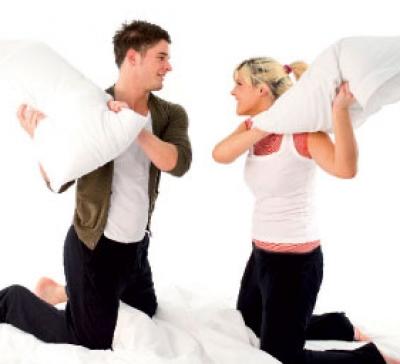 معركة المخدات تخفف التوتر بين الأزواج .. ؟؟ 2558917372
