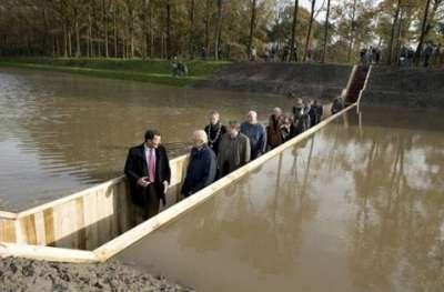 جسر : ليس فوق الماء ولا تحتها.. بل يقسمها إلى نصفين 9998308797