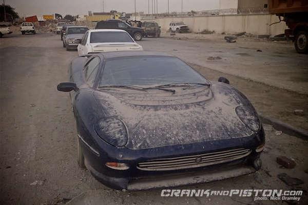 Des voitures à pleurer ... - Page 3 S7-Surrealiste-une-Jaguar-XJ220-abandonnee-dans-le-sable-du-Qatar-176225