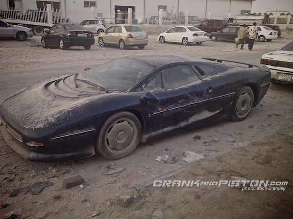 Des voitures à pleurer ... - Page 3 S7-Surrealiste-une-Jaguar-XJ220-abandonnee-dans-le-sable-du-Qatar-176226