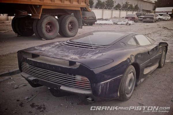 Des voitures à pleurer ... - Page 3 S7-Surrealiste-une-Jaguar-XJ220-abandonnee-dans-le-sable-du-Qatar-176228