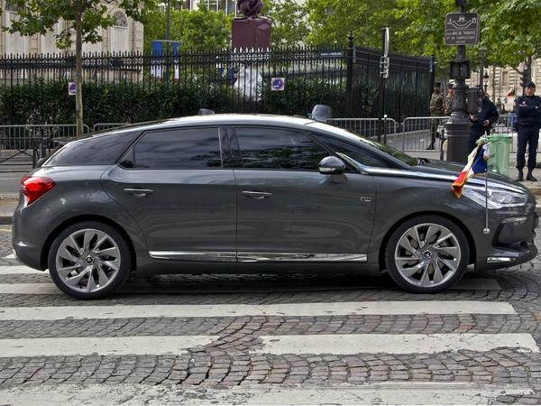 interdiction des voitures aux vitres teintées à l' avant S7-La-reine-Elizabeth-II-oblige-Francois-Hollande-a-changer-de-voiture-94989