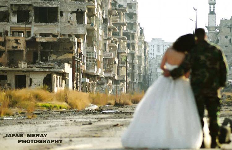 زوجان سوريان يلتقطان صور زفافهما في أطلال مدينة حمص 7427ea2107f117f45b2829