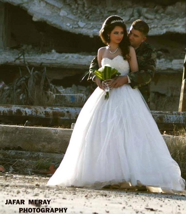 زوجان سوريان يلتقطان صور زفافهما في أطلال مدينة حمص 7427ea2107f117f45b282a