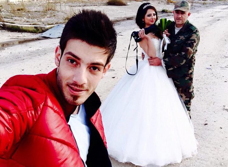 زوجان سوريان يلتقطان صور زفافهما في أطلال مدينة حمص 7427ea2107f117f45b282d