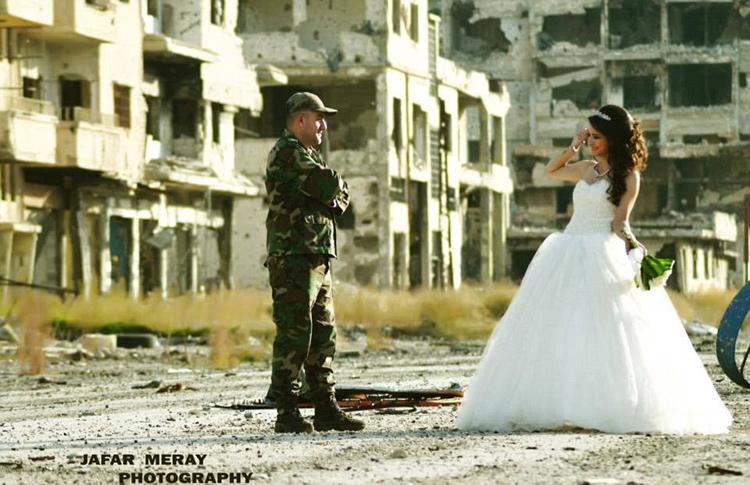 زوجان سوريان يلتقطان صور زفافهما في أطلال مدينة حمص 7427ea2107f117f45b282f