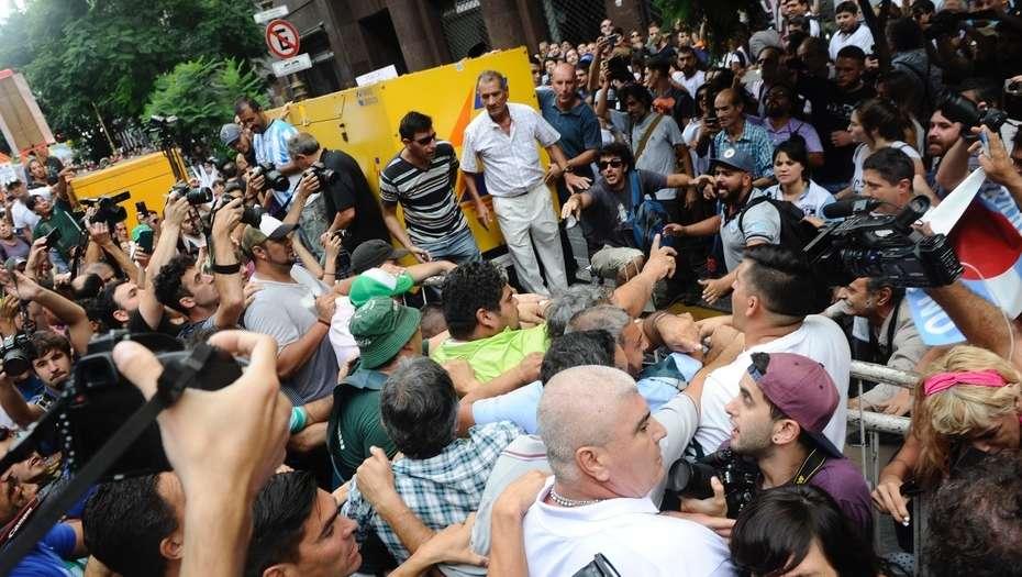 Sindicatos de obreros de Argentina anuncian paro general B1glBc3qg_930x525
