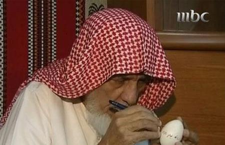 مسن سعودي كتب القرآن كاملا على قشور البيض Egg2
