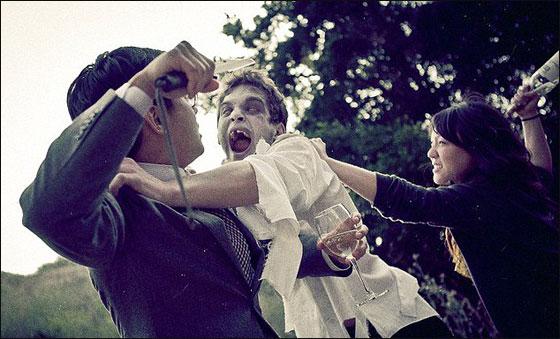 ثنائي يسمحان لمومياء باقتحام صور خطوبتهما ويتخطان المالوف  Zombie1