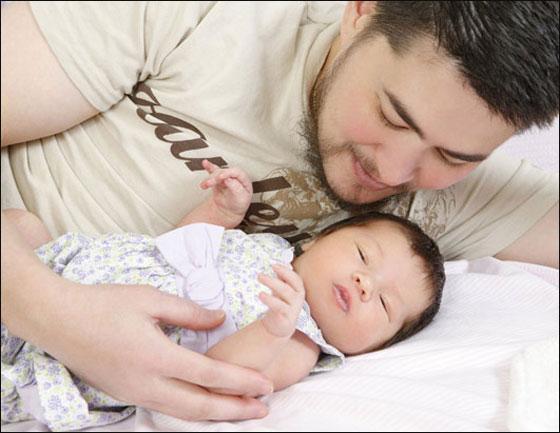 أول رجل ينجب أطفاله في العالم يفكر باستئصال رحمه!! Thomas_03