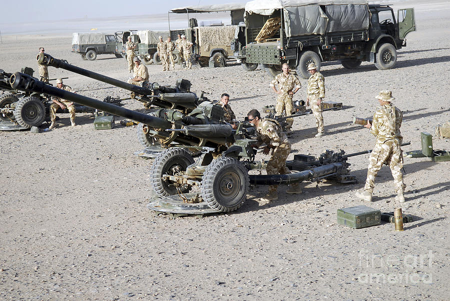 SOLIDARIYACK pour le prototypeuh de nos canons d'artillerie  1-howitzer-105mm-light-guns-are-lined-andrew-chittock