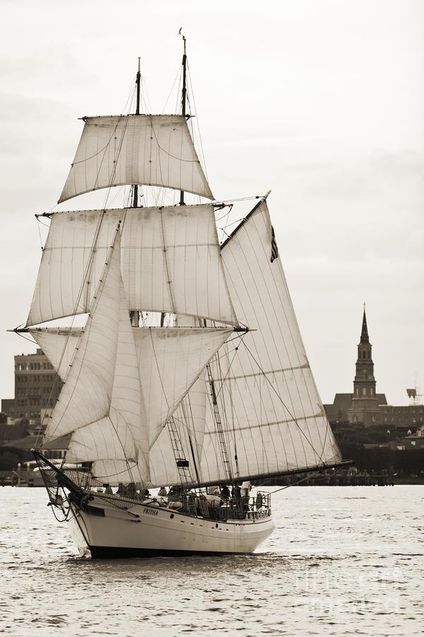 Cotre  Pirate  (ex Camaret 1/35e) - Page 20 Brigantine-tallship-fritha-sailing-charleston-harbor-dustin-k-ryan