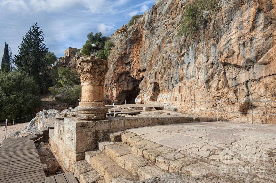 Izrael - Page 3 Temple-god-pan-banias-river-noam-armonn