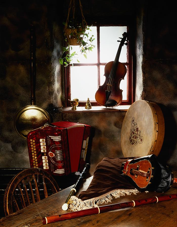 Stari muzicki instrumenti Traditional-musical-instruments-in-old-the-irish-image-collection-