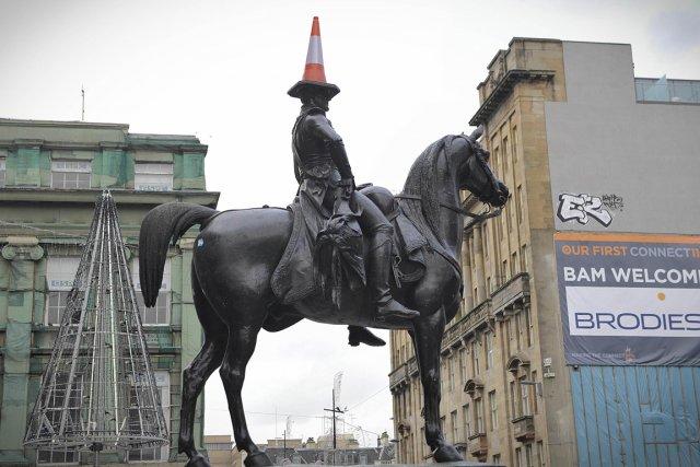 Street View  : Statue équestre duc de Wellington Glasgow Ecosse 771103-cone-routier-plastique-orange-blanc