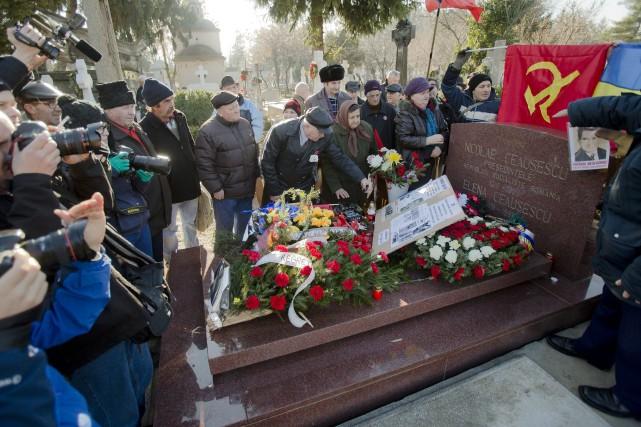 Ce pasteur et son épouse furent torturés sous le règne de Ceaușescu 950577-quelques-roumains-reunis-sa-tombe